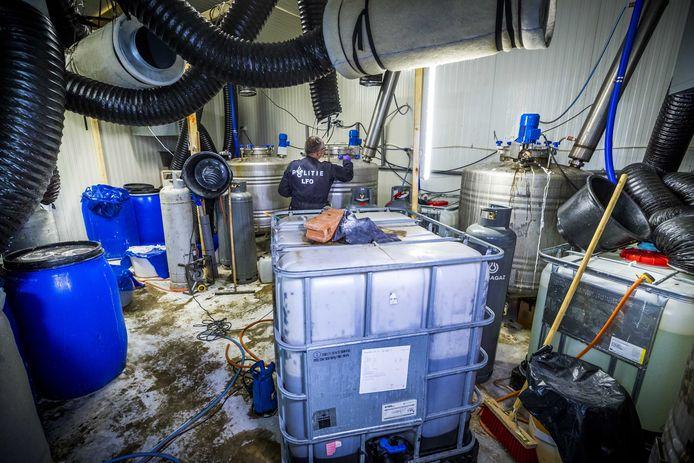 Politie en het de Landelijke Faciliteit Ondersteuning (LFO) ontruimen een groot drugslab, nadat deze was aangetroffen bij een inval in een loods.