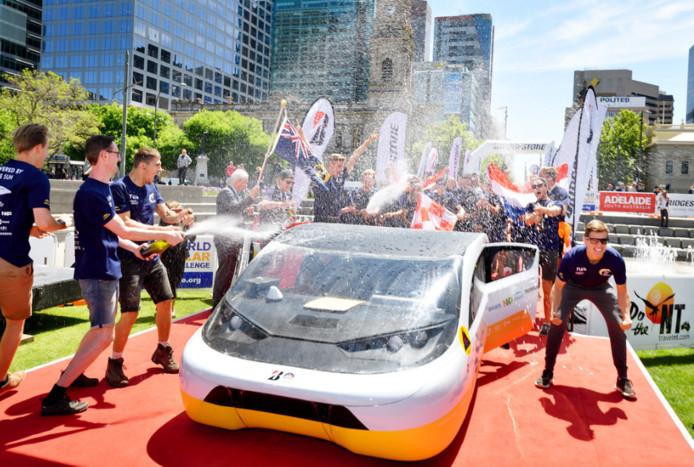 Het Eindhovense team in Adelaide na het halen van de eindstreep.