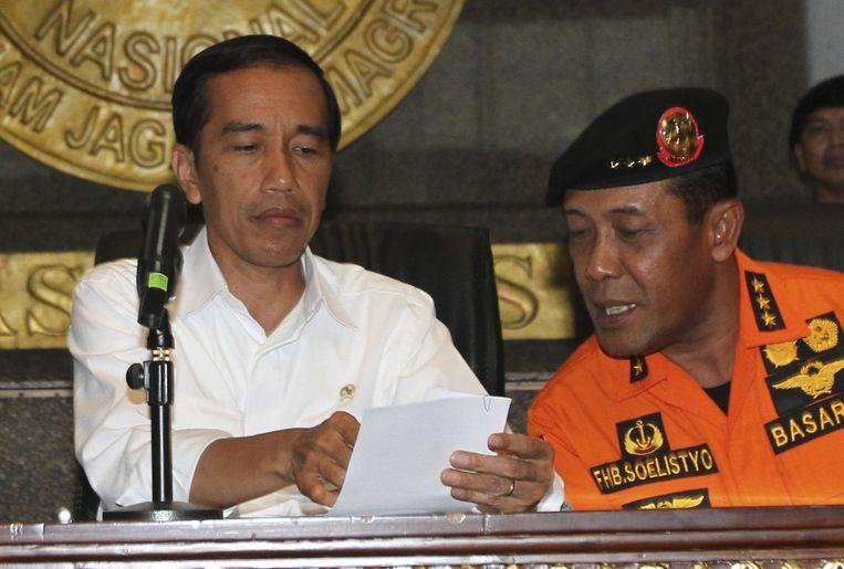 President Joko Widodo in overleg met hoofdonderzoeker Bambang Sulistyo. Beeld ap