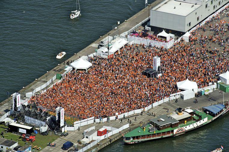 Een luchtfoto van het publiek tijdens het gratis koninginnedagfeest van Slam!FM op het Java-eiland in Amsterdam. Beeld anp