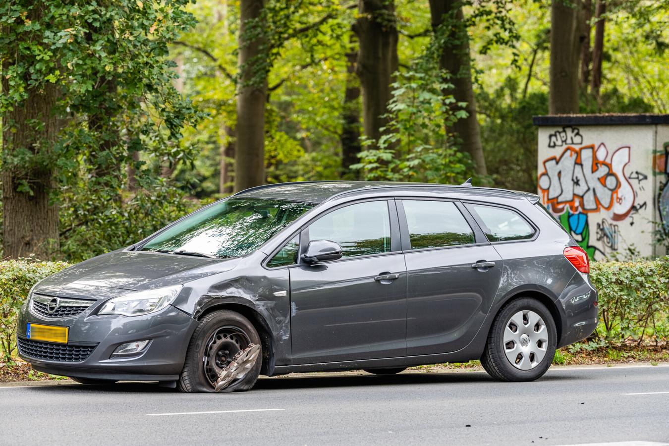 Vermoedelijk zag een automobilist die uit de Pompstationweg kwam de bestelwagen over het hoofd.