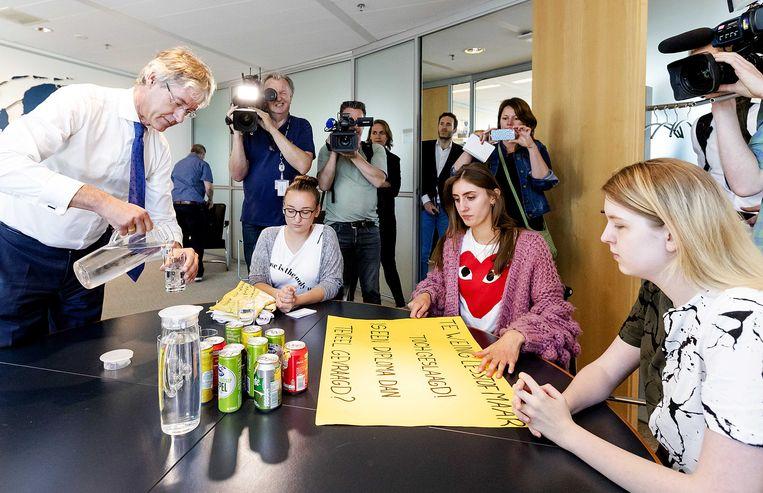 26 juni 2018: de leerlingen worden ontvangen op de kamer van Onderwijs minister Arie Slob in Den Haag. Beeld