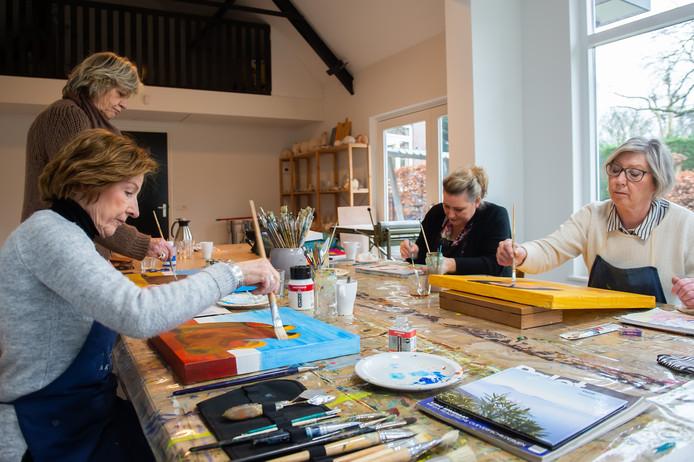 Bij inloophuis De Honingraad in Breda krijgen gasten - (ex)kankerpatiënten) en hun naasten - onder meer schilderlessen ter ontspanning.