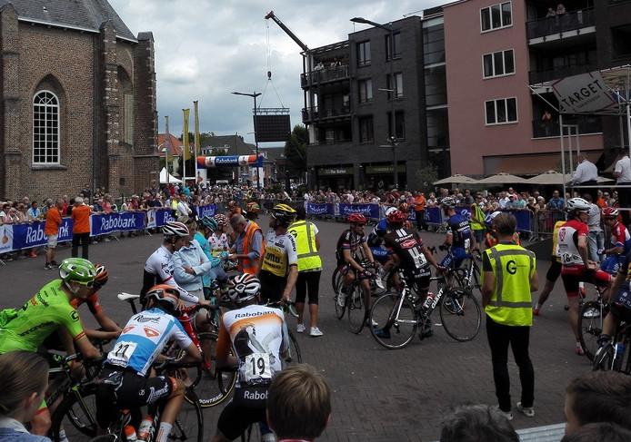 Renners maken een praatje met burgemeester Van Rijnbach-de Groot.