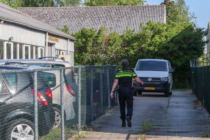 Politie bij het bedrijfspand aan de Havenstraat.