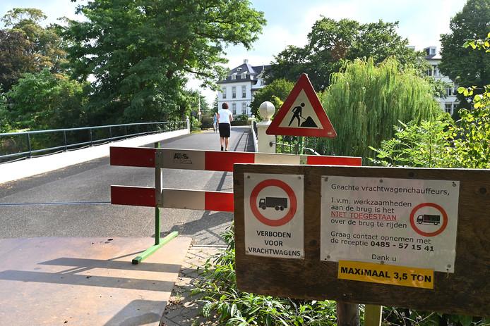 Even geen vrachtwagens over de brug bij Sint Anna. De bevoorrading moet met rolcontainers gebeuren.