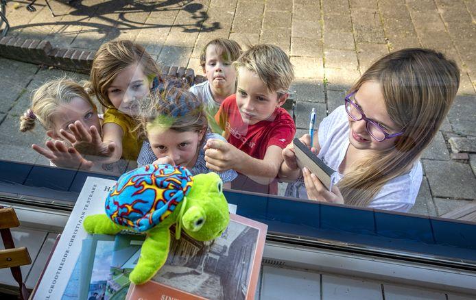 Een knuffelschildpad in de etalage bij Slagerij Lammers in de Zutphense wijk Noordveen. Kinderen uit de wijk kunnen deze week op knuffelsafari en daar prijzen mee winnen. Eén van de alternatieven voor de jaarlijkse 'Week van de Wijk', die vanwege coronamaatregelen dit jaar niet doorgaat.