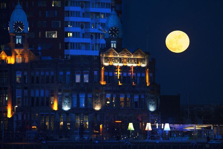 De supermaan van 19 maart 2011, zichtbaar boven Rotterdam. Beeld ANP