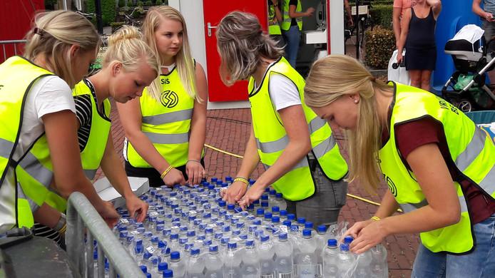 Extra water voor de deelnemers, maar de temperaturen waren net op tijd flink gedaald.
