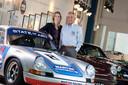 Albert Westerman en zijn dochter Evelyne in 2010 bij een paar van de Porsches in Lichtenvoorde, die worden gebruikt als pr-middel voor hun kledingmerk State of Art. Archieffoto.