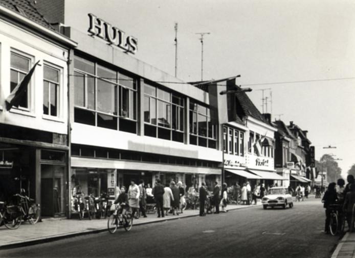 Huls anno 1964: er rijdt nog verkeer door de Hamburgerstraat en het is een drukte van belang voor dé winkel van Doetinchem. Archieffoto:  Erfgoedcentrum Achterhoek en Liemers