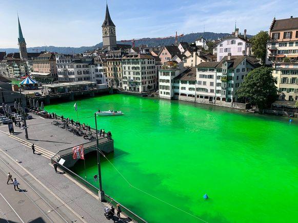 De Limmat rivier kleurde plots fluogroen