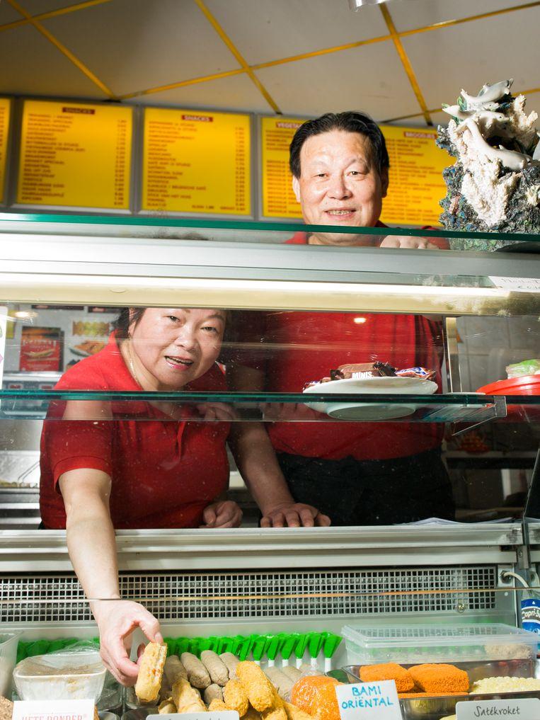 Chun Lan Wu-Lai (63) en haar man Tong Da Wu (63) zijn de uitbaters van cafetaria De Vriendschap in Tilburg. Beeld Eva Roefs