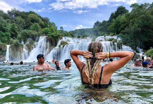 Mijn dochter Natascha geniet van het water van de Krka-watervallen in Kroatië. Het bewijs: haar haar voelt ontzettend zacht aan omdat het water zo schoon en fris is.