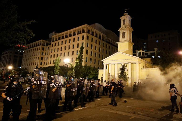 Politie voor St. John's Episcopal Church, ook wel bekend als de kerk van de presidenten. Beeld AP