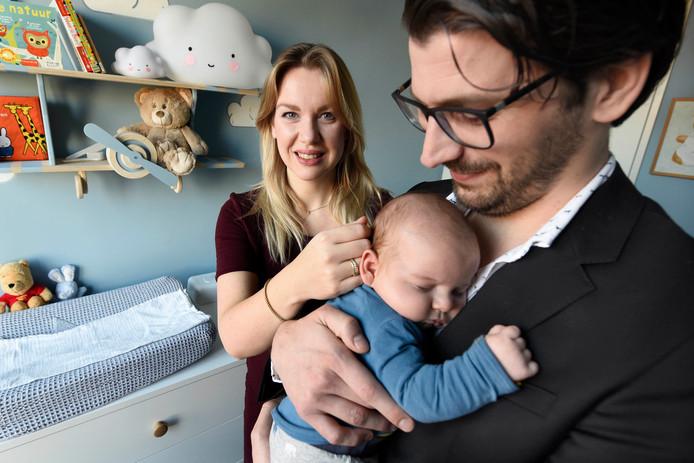 Femke Merel van Kooten (PVVD) met haar pasgeboren zoontje Oliver in de armen van haar man Frank van Kooten.