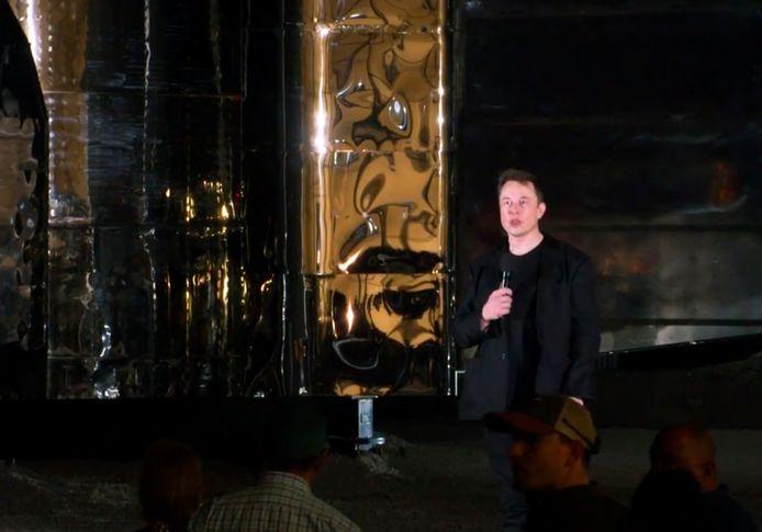 Elon Musk presenteert zijn nieuwe ruimtevaartuig.