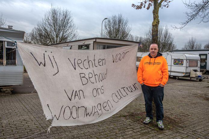 Andries Schäfer en zijn familie moesten uiterlijk 7 januari vertrekken van de parkeerplaats aan de Bellinistraat in Zwolle, maar zijn advocaat stak daar een stokje voor. De rechtszaak van 20 januari moet uitwijzen de woonwagenbewoners een toekomst hebben in de Hanzestad.