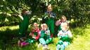Kinderen mogen kersen plukken in de boomgaard