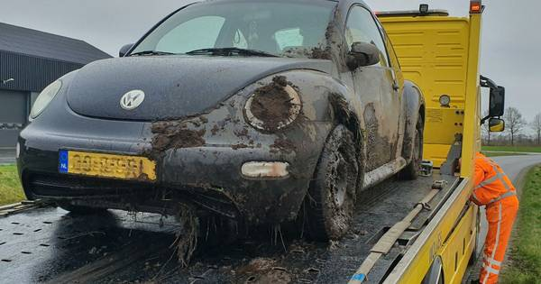 Eenzijdig ongeval Den Ham: man rijdt sloot in.