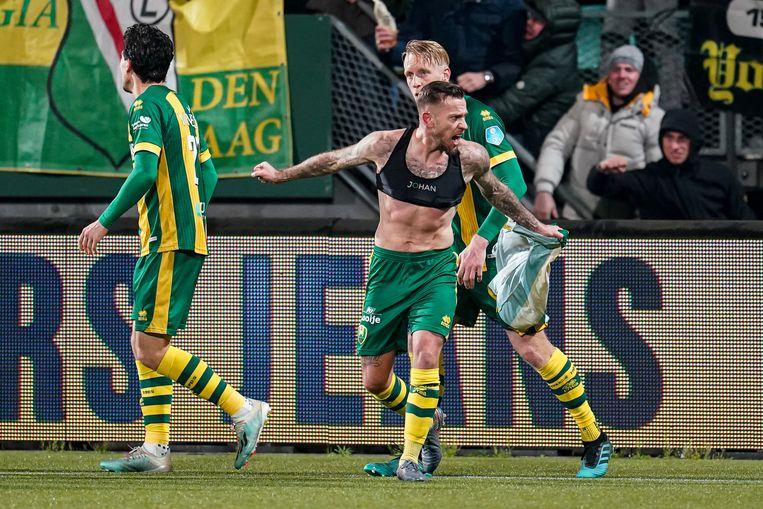 John Goossens viert zijn goal tegen Willem II. Behalve zijn torso toont hij de sportbeha waarin een sensor zit die elke stap, elke sprint, elke versnelling registreert. Beeld Kay in 't Veen