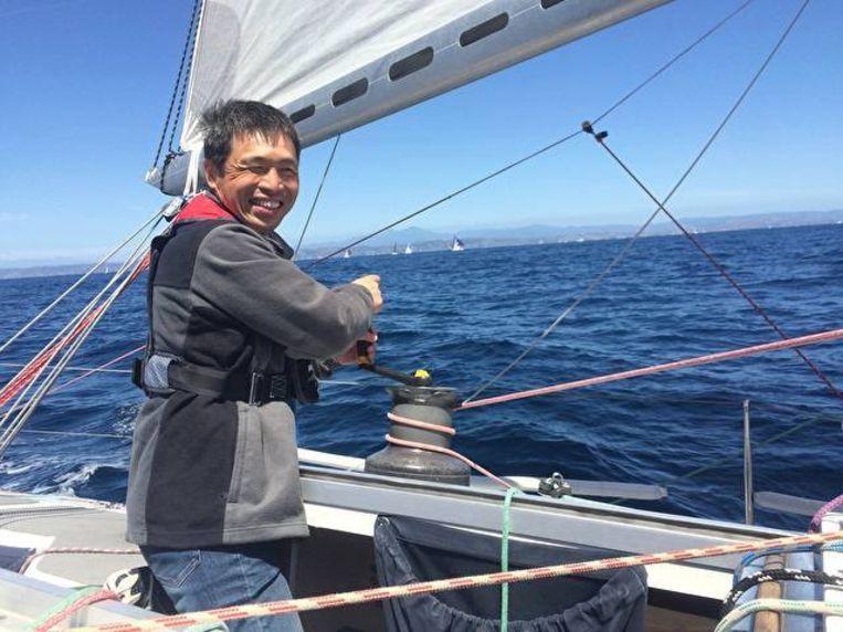 De 52-jarige blinde zeiler Mitsuhiro Iwamoto is erin geslaagd non-stop de Stille Oceaan over te steken.
