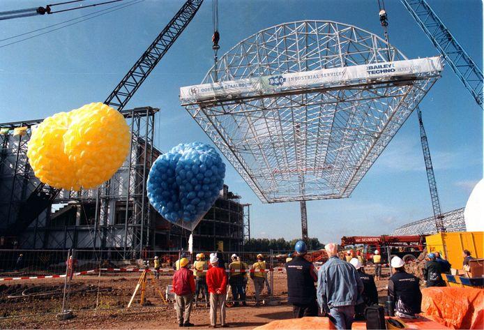 4 juli 1997: met meerdere kranen wordt een van de bewegende dakdelen van GelreDome op zijn plek gehesen.