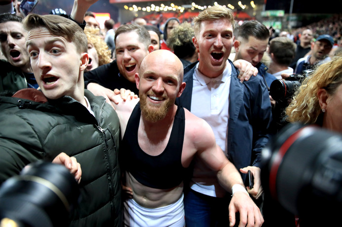 Jonathan Williams (midden) viert feest met de fans.