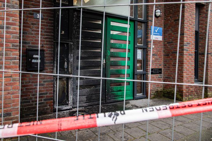 Grote schade bij de ingang van De Eendracht na de brandstichting.