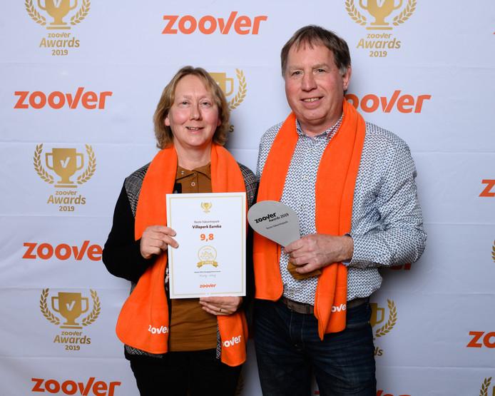 Monique en Remi Nieuwenhuis zijn de trotse eigenaar van de Zoover Award