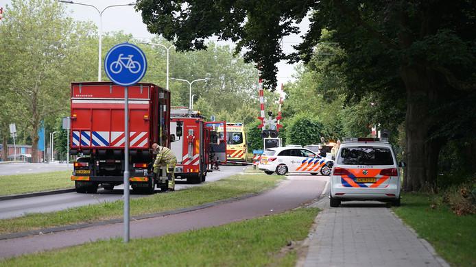 Hulpdiensten doen onderzoek bij het spoor in Deventer.