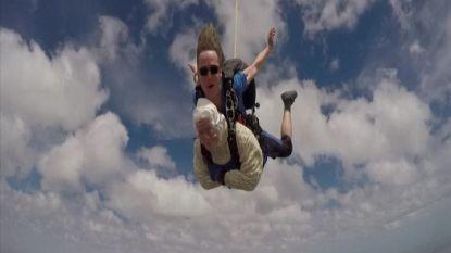 """VIDEO. Irene (102) is oudste skydiver: """"Volgend jaar spring ik opnieuw"""""""