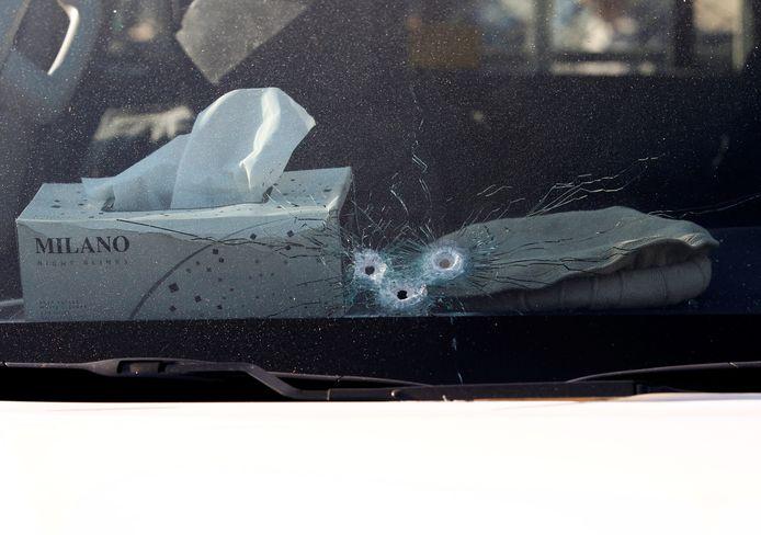 Kogelgaten in het raam van de auto waarin Tetsu Nakamura zat.