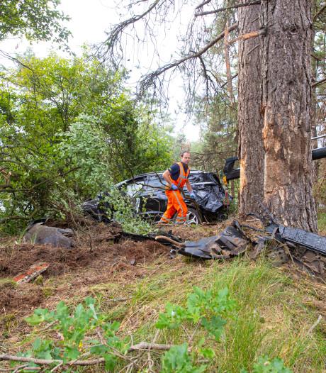 Auto belandt tussen de bomen bij A28 tussen Wezep en Epe
