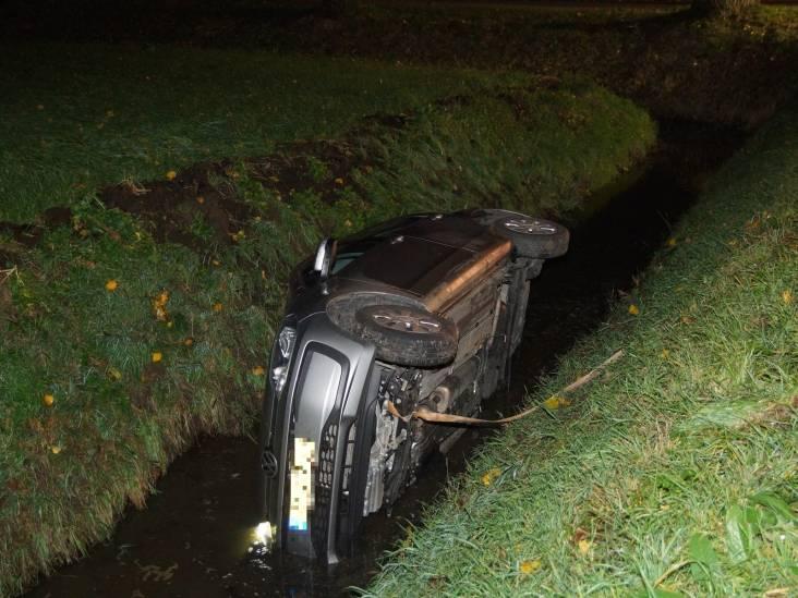 Auto belandt in sloot in Sprang-Capelle: inzittenden onder wie baby ongedeerd