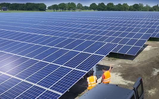 Het zonnepark bij Volkel : een zee van zonnepanelen.