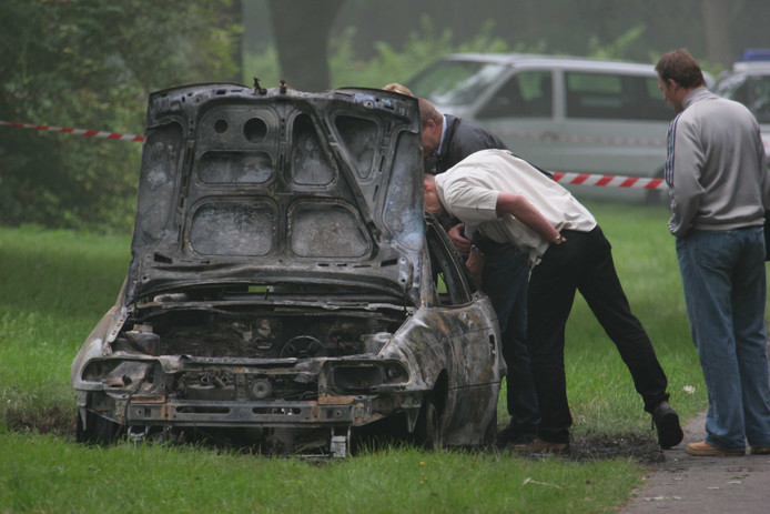 Oostvoorne anno 2005. De politie doet onderzoek bij de uitgebrande auto waar het lichaam van de 35-jarige Caroline van Toledo in de kofferbak is gevonden.
