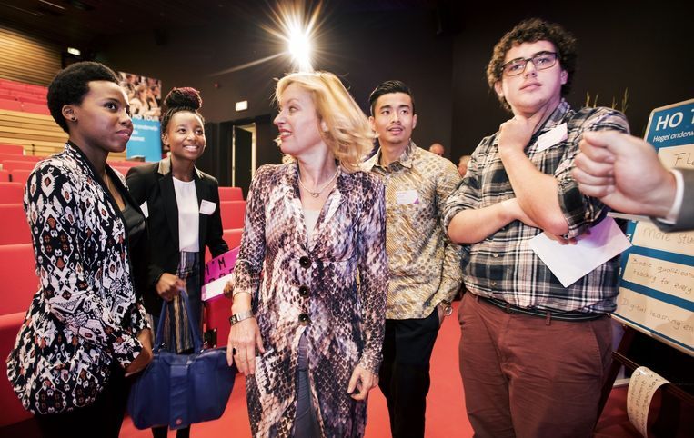 Minister Bussemaker ontmoet internationale studenten in Leeuwarden. Beeld Raymond Rutting