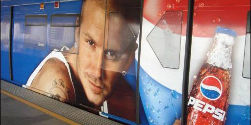 Ahmadinejad liet in 2003 het gezicht van Beckham op reclameborden zwart maken om de invloed van het Westen aan de kaak te stellen.