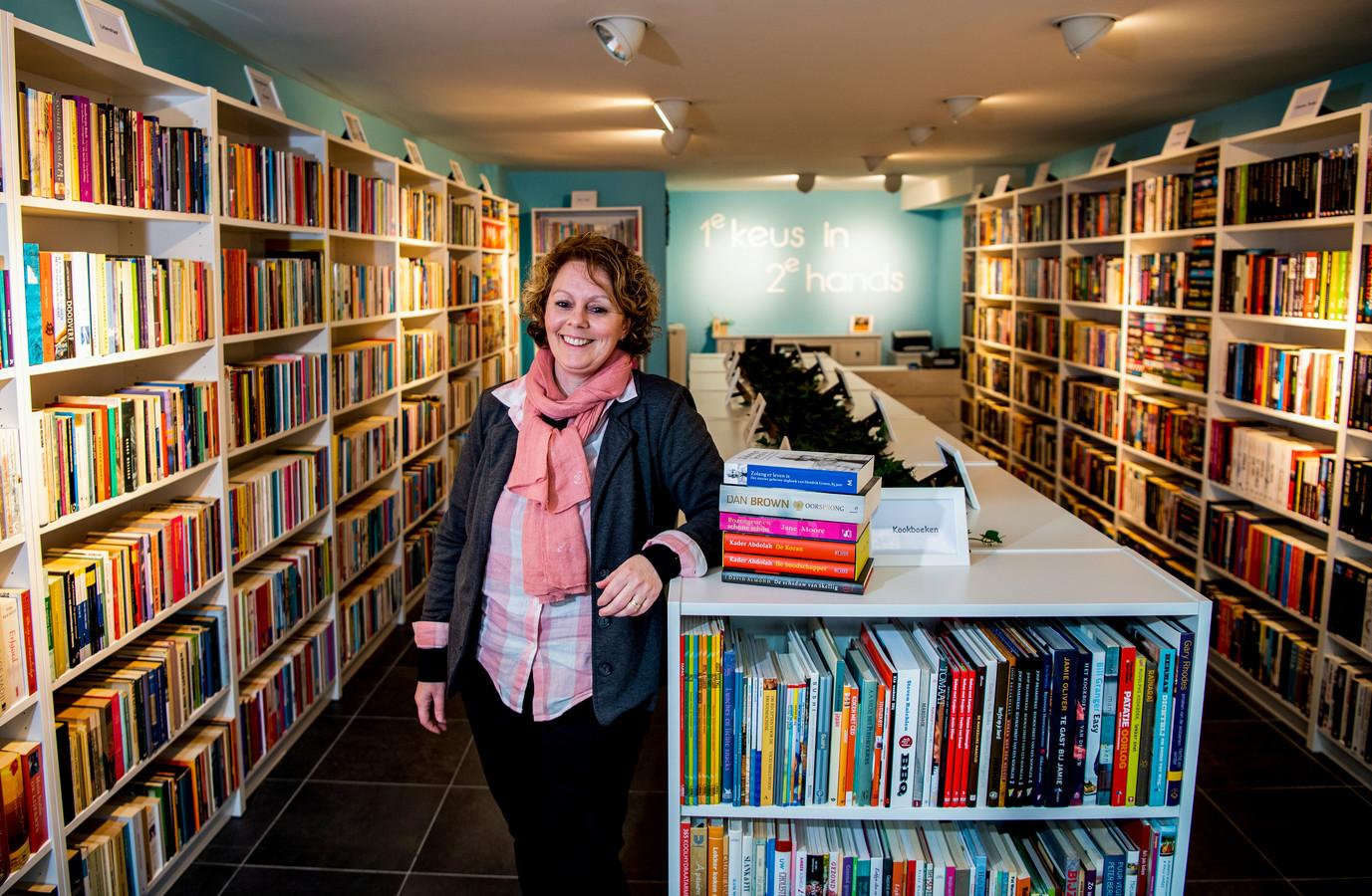 Petra Nieuwenkamp tussen de boeken in haar nieuwe tweedehandsboekenwinkel aan de Korte Groenendaal in Gouda.