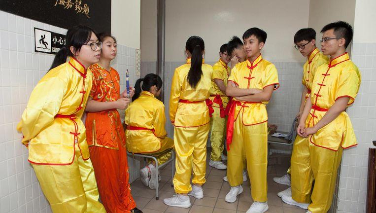 Leerlingen van de Heung To-school in Hongkong maken zich op voor een voorstelling tijdens het herdenkingsgala voor de machtsoverdracht naar China. Beeld Wassink Lundgren