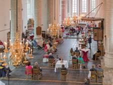 Corona en de kerk: Een pastoor met een gelaatsscherm voor helpt niet