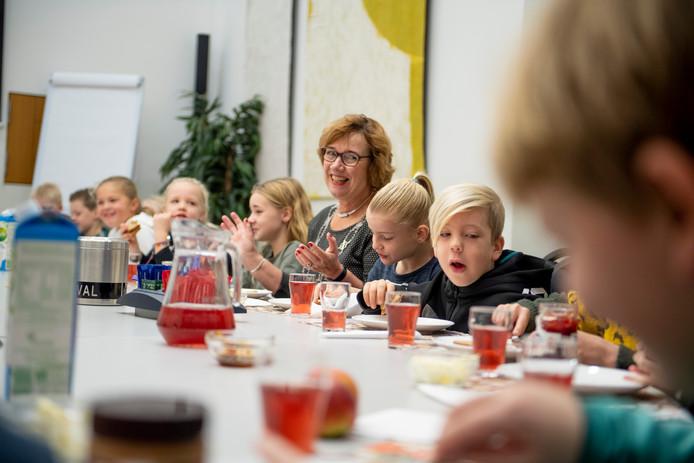 Burgemeester Anneke Raven en 32 leerlingen van basisschool De Es uit Hellendoorn ontbijten vrijdagochtend samen in het kader van het Nationaal Schoolontbijt.