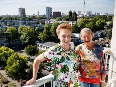 Leuke buren Lida (77) en Marijke (71) hebben hart voor hun flat: 'Mensen in nood kunnen bij ons aankloppen'