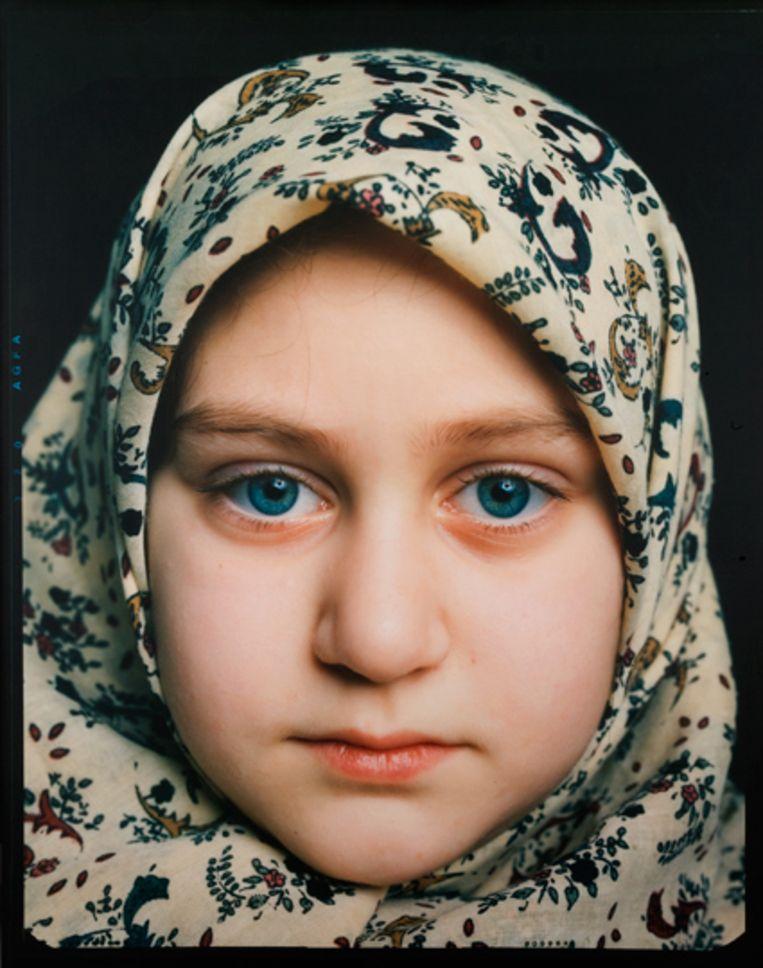 'De foto van Céline van Balen van een moslimmeisje met hoofddoek werd in de periode dat er veel gediscussieerd werd over een hoofddoekverbod ineens politiek.' Beeld Collectie LUMC