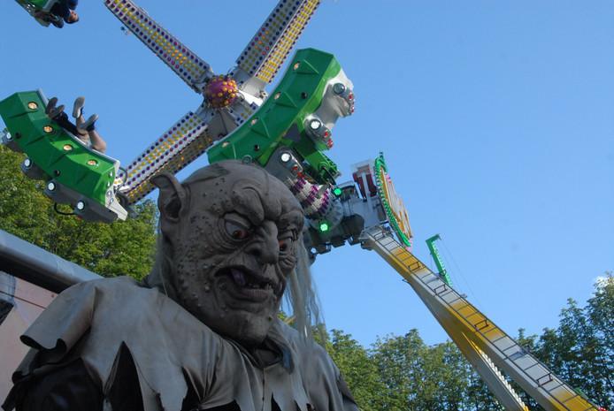 Een enorme trol van circa 4 meter hoog houdt voortdurend de wacht bij spookhuis Geister Villa dat zich op de Parade bevindt.