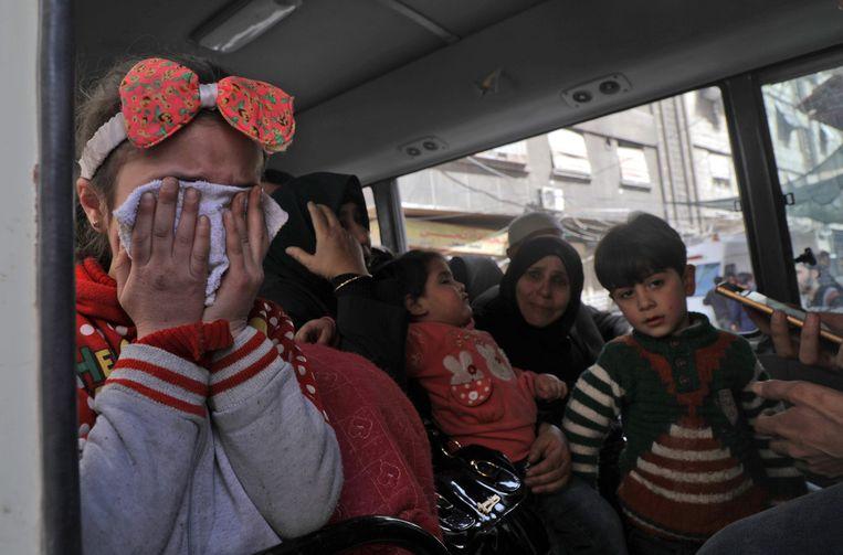 Moeders en kinderen wachten op evacuatie vanuit Douma. Beeld ANP