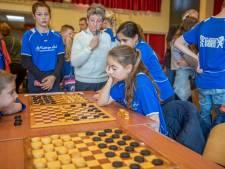 Basisschoolleerlingen dammen voor het Zeeuws kampioenschap
