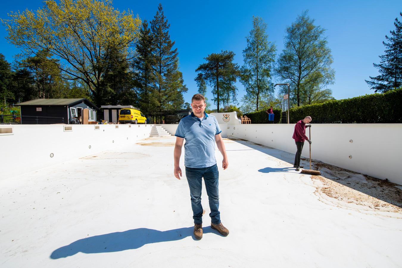 Eigenaar Bjorn Willemsen in het zwembad van camping Lierderholt in Beekbergen. In de meivakantie blijft het park - ANWB-camping van het jaar 2020 - nagenoeg leeg. Hij hoopt deze zomer wel open te kunnen.