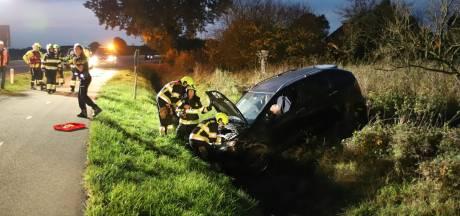 Auto rijdt greppel in, bestuurder slaat op de vlucht